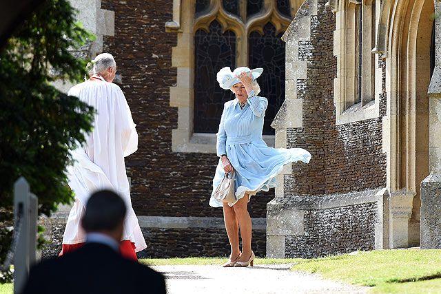 Saat tiba di Gereja St Mary Magdalene di King's Lynn, Inggris, dress biru muda yang dikenakannya terlihat tertiup angin. Mary Turner - WPA Pool/Getty Images/detikFoto.