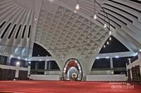 Megahnya interior Masjid Raya Sumatera Barat