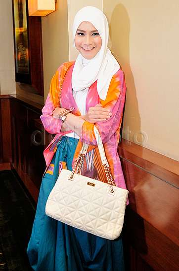 Stylish dengan Baju Tie Dye ala Zaskia Mecca