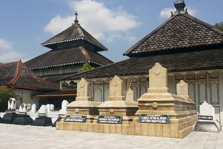 Wisata Religi di Demak, Ziarah ke Makam Raja
