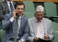Aktor Benedict Cumberbatch mengajak sang ayah, Timothy di pertandingan final Wimbledon 2015. REUTERS/Stefan Wermuth/detikFoto.