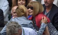 Editor majalah mode, Anna Wintour terlihat menyapa Jelena Djokovic, istri dari Novak Djokovic. REUTERS/Stefan Wermuth/detikFoto.