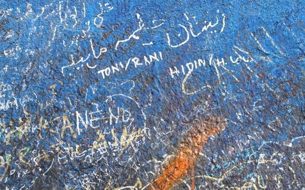 Namun sayang beribu sayang, informasi dan larangan di sana tak mampu mencegah jamaah untuk mencorat-coret Jabal Rahmah. Mereka pun cuek bebek saja (Nurvita/detikTravel)