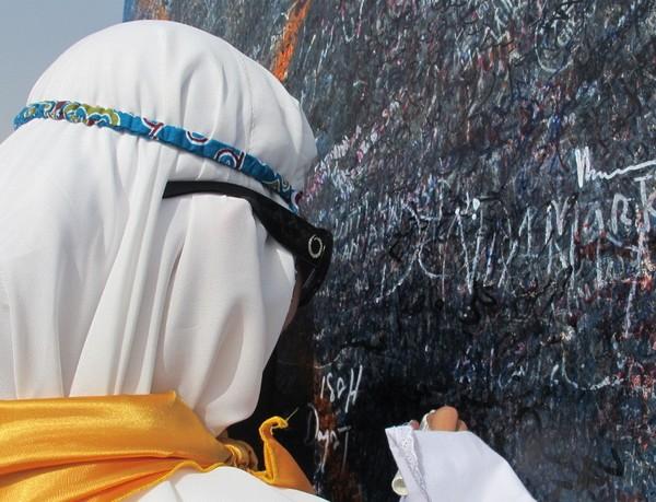 Biasanya, jamaah yang datang ke sana menulis namanya di monumen tepat di puncak Jabal Rahmah. Maka lihatlah, monumennya sampai kotor seperti itu (Nurvita/detikTravel)
