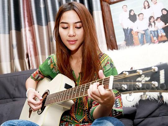 Jreeeng... Adinda Thomas, Cantik-cantik Jago Main Gitar