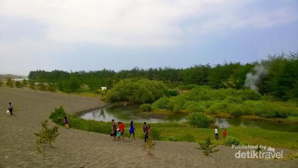 Pantai Lembupurwo terletak di Desa Lembupurwo Kecamatan Miri