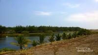 Telaga air payau serta gumuk pasir di Pantai Lembupurwo