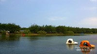 Menelusuri telaga dengan perahu genjot yang lucu