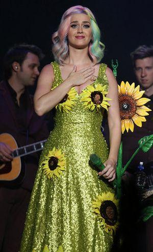 Katy Perry Ajak Penggemar untuk Jadi Bintang Iklan Kosmetik CoverGirl