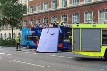 Bus Wisata di Inggris Tabrak Pohon, Atap Copot & Lukai Turis