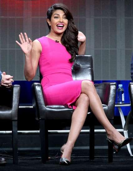 Hot in Pink! Priyanka Chopra Bikin Pria Tak Berkedip