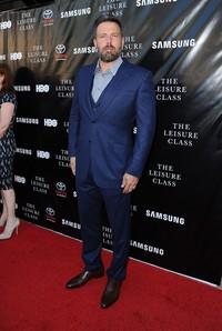 Bintang 'Batman v Superman: Dawn of Justice' itu terlihat necis mengenakan setelan jas biru saat berpose di red carpet. Angela Weiss/Getty Images/detikFoto.