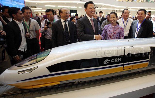 Menteri BUMN Rini Soemarno menyempatkan diri melihat miniatur atau contoh kereta cepat milik China yang dipamerkan di Senayan City (Sency), Jakarta Selatan.