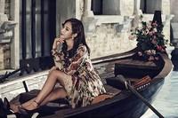 Yuri yang berpose di atas perahu terlihat cantik dalam balutan dress floral. (SMTOWN)
