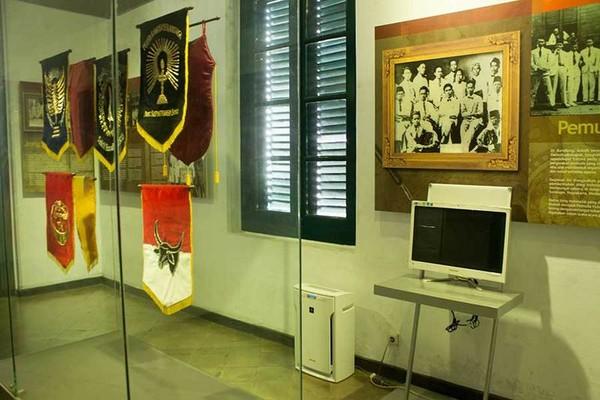 Ruang kedua adalah bekas kamar kost yang diisi oleh plakat serta replika bendera perjuangan para jong dahulu kala. bendera asli masih ada dan disimpan oleh pihak museum (Randy/detikTravel)