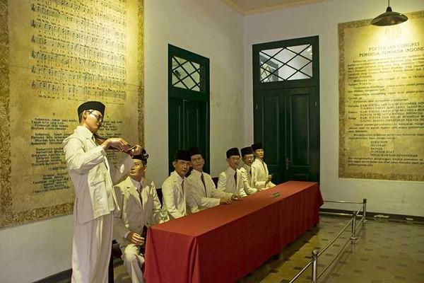 Ruang utama museum yang menampilkan diorama Kongres Pemuda II tahun 1932. Traveler juga dapat melihat tulisan naskah Sumpa Pemuda sekaligus teks asli dari lagu Indonesia Raya di bagian dindingnya (Randy/detikTravel)