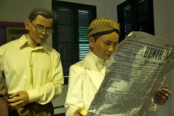 Ruangan yang menampilkan suasana serta tampilan pemuda di tahun 1930-an. Tampak diorama pemuda Jawa yang mengenakan sarung, blangkon, dan tengah membaca koran, serta kemeja putih lengan panjang dan celana bahan (Randy/detikTravel)