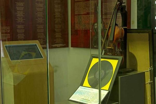 Ruang WR Soepratman yang dibuat khusus untuk sang pengarang lagu Indonesia Rasa. Traveler dapat melihat biola asli peninggalan WR Soepratman beserta piringan hitam yang menyimpan rekaman lagunya (Randy/detikTravel)