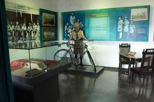 Ruangan yang menampilkan sejarah Pramuka atau Pandu. Terlihat diorama yang mengenakan seragam pramuka, beserta bendera pramuka yang sudah lapuk. Tampak juga sejarah pramuka yang tertulis di bagian dindingnya (Randy/detikTravel)