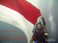 Mengibarkan Merah Putih di dalam air
