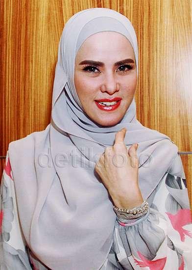 Cantik dengan Hijab Sederhana ala Angel Lelga