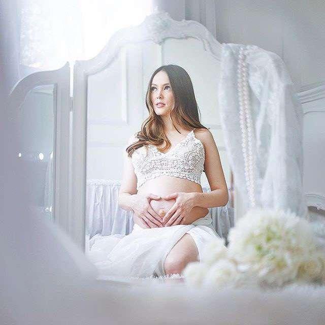 Pretty Mom... Cathy Sharon Tampil Elegan di Foto Kehamilan