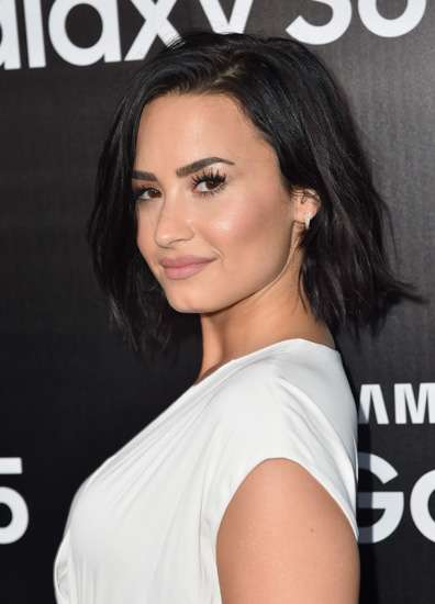 Demi Lovato Cantik Tampil Feminin
