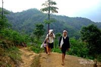 Pengunjung dengan warga suku Baduy