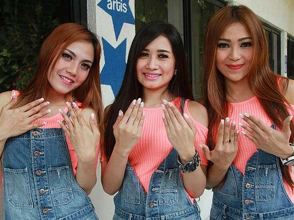 Trio Macan Pamer Kuku Cantik