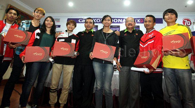 Tono Suratman didampingi sejumlah atlet nasional meluncurkan SMS KONI Donasi (KD).