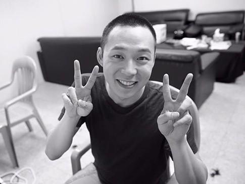 Berambut Cepak, Yoochun JYJ Lambaikan Tangan ke Fans Jelang Latihan Militer