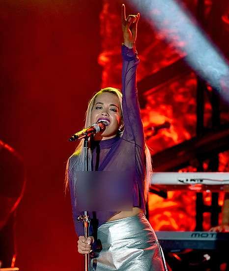 Rita Ora Superseksi Tanpa Bra di Panggung