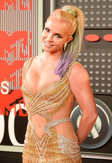 Rambutnya yang pirang tampak diberi sentuhan warna hijau dan ungu. Frazer Harrison/Getty Images/detikFoto.