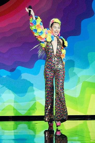 Nyentrik hingga Nyaris Bugil, Busana Miley Cyrus di MTV VMA 2015