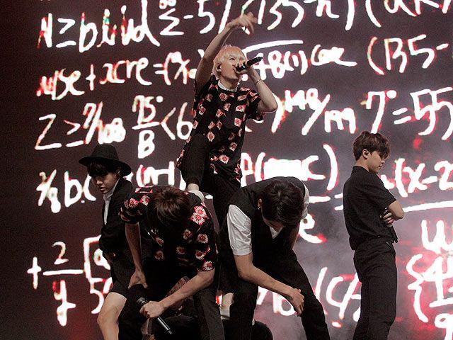 Setelah fanmeeting yang singkat, BTS menghibur ARMY dengan membawakan lebih dari 10 lagu. (SH Entertainment)
