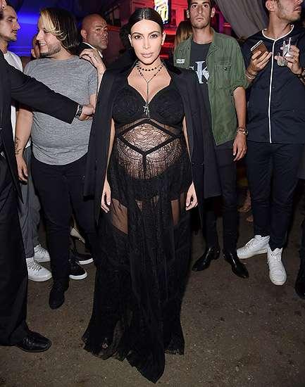 Hamil Besar, Kim Kardashian Tetap Seksi Berbaju Menerawang