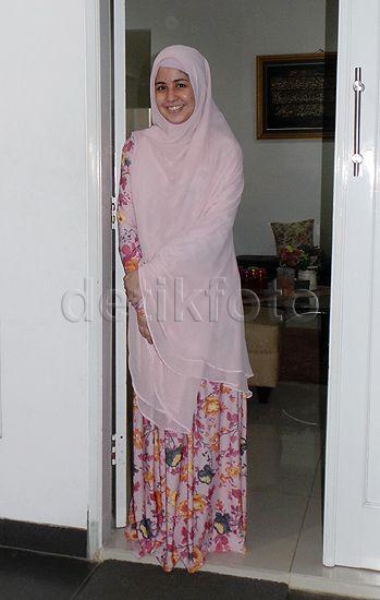 Saat menghampiri awak media, Risty yang mengenakan busana pink terlihat tersenyum sumringah.