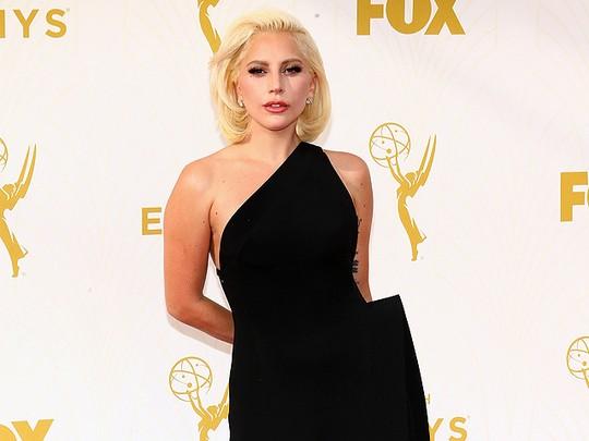 Lady Gaga Elegan Bergaun Hitam di Emmy Awards 2015