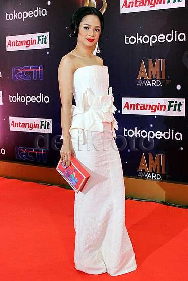 Andien Anggun Bergaun Putih di AMI Awards 2015