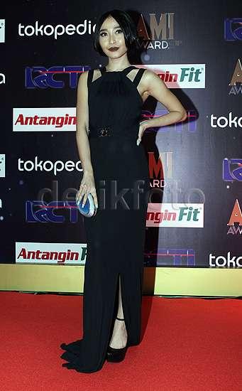 Gaya Rinni Wulandari Bergaun Versace di AMI Awards 2015