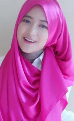 Tutorial Hijab Menutup Dada dengan Scarf Satin untuk ke Acara Wisuda