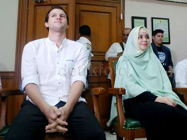 Risty Tagor dan Stuart Collin Tersenyum di Sidang Cerai Perdana