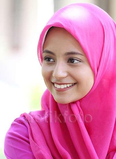 Elyzia Mulachela Berhijab Pink