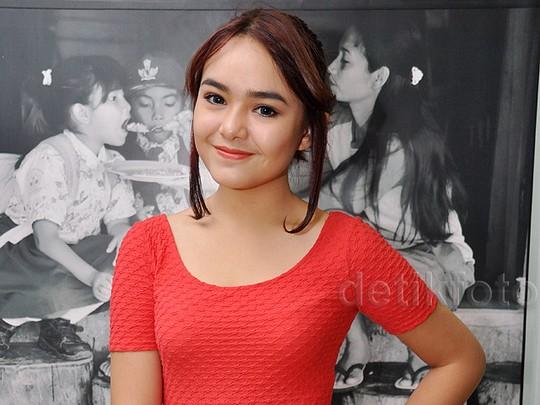 Dibalut Dress Merah, Amanda Manopo Manis Banget!