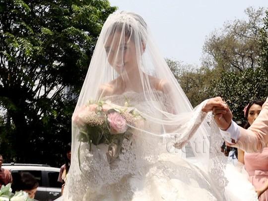Here Comes the Bride! Chelsea Berseri-seri Kenakan Gaun Pengantin