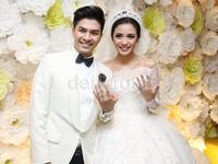 Glenn dan Chelsea memamerkan cincin pernikahan mereka yang bermata berlian.
