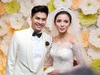 Chelsea terlihat sangat cantik dalam balutan gaun pengantin rancangan Hian Tjen yang bertabur 2.500 kristal Swarovski dan didatangkan langsung dari Milan.