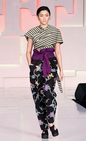 Editors Choice: Rekomendasi Busana Batik Modern yang Unik dan Stylish