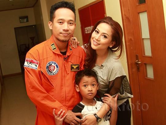 Happy Family! Pose Denny Cagur Boyong Istri dan Anak