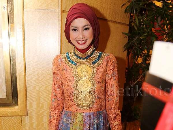 Desy Ratnasari Cantik Awet Muda di Usia 41 Tahun